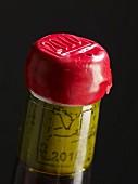 Wachssiegel auf einer Flasche Jura-Wein, Jahrgang 2010 (Frankreich)