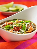 Noodle soup with mange tout (Asia)