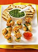 Frittierte Crepesäckchen mit Chilisauce, Salsa Verde und Grillbrot
