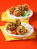 Frittierte Tempura-Klösschen mit Zucchini und getrockneten Tomaten