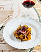 Papardelle mit Hasenragout und rosa gebratenen Hasenkoteletts (Restaurant Da Caino, Chefköchin Valeria Piccini)