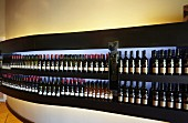 Ausgestellte Weinflaschen im Verkostungsraum des Weinguts Nederburg, Paarl, Western Cape, Südafrika
