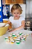 Kleines Mädchen hilft beim Backen in der Küche