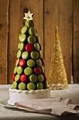 Weihnachtstorte mit Johannisbeer- und Pistazien-Macarons
