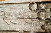 Bemehlte Holzplatte mit Ausstechformen