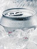 Getränkedose zwischen Eiswürfeln