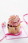 Ein Himbeer-Joghurt-Cupcake