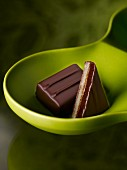 Schokoladenkonfekt in einer grünen Schale