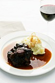 Braised oxtails with mashed potatoes and roasted onions