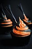 Halloween-Cupcakes mit Hexenbesen-Sticks