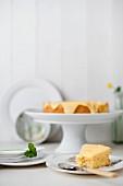 Ein Stück Mandelkuchen mit Zitronencreme