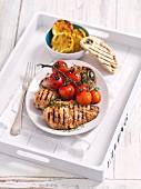 Gegrillte Hähnchenbrust mit Zitronen und Tomaten