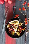 Ein Stück Pilzquiche mit Äpfeln und getrockneten Chilischoten