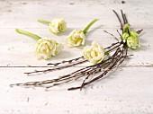 weiße Tulpen und Palmkätzchen als Osterdeko