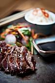 Gegrilltes Teriyaki-Ribeye-Steak mit Udon-Nudeln und Dashi (Japan)