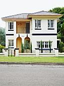 Renovierte südländische Villa, weiss gestrichen, Loggien teilweise mit Rundbogen farblich abgesetzt
