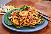 Char Kway Teow (Gebratene Reisnudeln mit Garnelen und Wurst, Singapur)