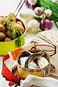 Fermentierter Hering, Kartoffeln, Zwiebeln und Knäckebrot (Schweden)