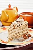 EIn Stück Noisette-Kuchen mit Kaffee