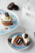 Cupcakes mit Schokoladenkeksen und Sahnecreme