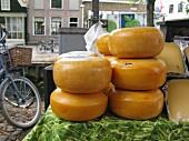 Gouda-Käselaibe auf einem Markt