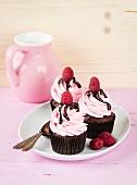 Schokoladencupcakes mit Himbeercreme und Schokosauce