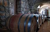 Fässer und Edelstahltanks im Weinkeller des Klosters Mar Moussa, Libanon