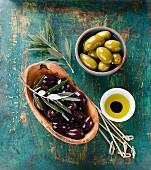 Schwarze und grüne Oliven mit Olivenöl