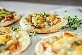 Mini pizzas with gorgonzola (close-up)