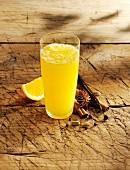 Ein Glas Gewürz-Orangen-Limonade