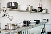 Geschirr in Schwarz und Weiß auf Metallgitter Ablage in Küchenecke