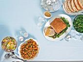 Modernes Weihnachtsbuffet: Schweinebraten mit Apfelsauce, Zitrus-Reissalat, Buttergemüse mit Honignüssen, Süsskartoffelsalat