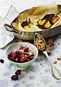 Backkartoffeln, Walnüsse und Trauben