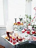 Weihnachtsbuffet mit Getränken und Desserts