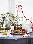 Weihnachtsbuffet mit Lachs-Blätterteig-Roulade und Torteletts mit Apfel und Schinken