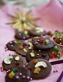Helles und dunkles Schokoladenkonfekt mit Nüssen, kandierten Früchten und Zuckerperlen