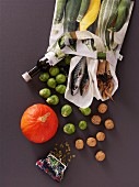 Gesunde Lebensmittel mit Omega 3 Fettsäuren fallen aus Einkaufstasche