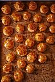 Viele Teigbällchen mit Honigglasur