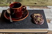 Kaffee und Schokoladenkonfekt auf Buch