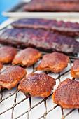 Geflügel & Fleisch zum Barbecue auf Grillrost