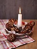 Elisenlebkuchen in Kerzenschale