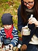 Frau und Kind essen Rote-Bete-Suppe beim Herbstpicknick