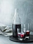 Holundersaft in Flasche und Gläsern