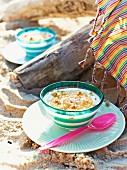 Joghurt mit Ananas & Erdnüssen fürs karibische Picknick am Strand