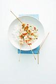 Hähnchenspiesse mit Reis und Wasabisauce