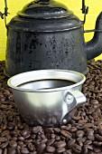 Alte Kaffeekanne und Aluminiumtasse mit Kaffee