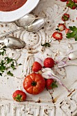 An arrangement of tomatoes, garlic and strawberries