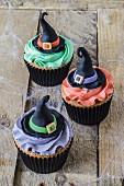 Drei Cupcakes für Halloween mit Hexenhüten dekoriert
