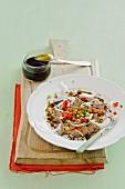 Rindfleischsalat mit Paprika und Essiggurke