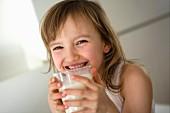 Kleines Mädchen mit Milchglas